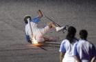 Cade durante la cerimonia delle paralimpiadi: quando si rialza sono tutti in piedi ad applaudirla