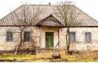 Un photographe entre dans une maison abandonnée, mais il remarque des aspects très inquiétants