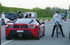 Ein Ferrari macht ein Wettrennen gegen ein