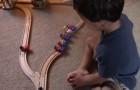 Em qual trilho deve andar o trem? A resposta da criança é muito fofa!