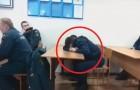 L'allievo pompiere sta dormendo in classe: l'insegnante trova il modo più divertente per rimproverarlo