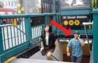 Dans cette station du métro de New York, la même scène se produit à chaque fois: regardez ces passants
