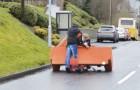 2 uomini ubriachi tentano di trasportare un divano: l'impresa è tutta da gustare!