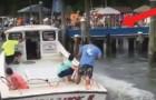 Den här mannen parkerar båten på ett PERFEKT sätt