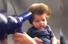 Deze 9 weken oude baby heeft een enorme bos haar en kan nu al niet zonder haardroger!