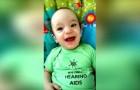 Hij draagt een hoortoestel en hoort voor de eerste keer de stem van zijn moeder: zijn reactie is prachtig!