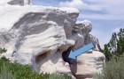 Sembra un semplice roccia calcarea, ma basta osservare l'interno per capire che non lo è