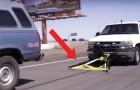 Chega perto do carro que foge e se engancha nele em maneira genial!