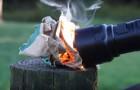 En liten ficklampa som kan tända en eld på bara några sekunder: se hur den fungerar!