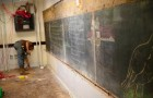 Bei Renovierungsarbeiten an einer Schule finden sich 100 Jahre alte Tafeln hinter den Wänden...