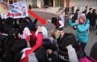 Des dizaines d'étudiants chantent en dehors de l'université: la raison va vous réchauffer le cœur