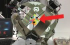 Ein Roboter mit einem Zauberwürfel: seine Schnelligkeit ist BEEINDRUCKEND