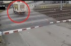 Las barreras se alzan por error: el conductor busca de salir en el modo mas inapropiado!
