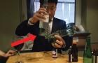 Hij probeert 4 flesjes op elkaar te stapelen en in balans te houden: wat deze man kan is ongelooflijk!
