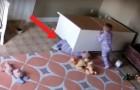 De ladekast valt om en een kind komt vast te zitten: zijn tweelingbroer probeert hem te redden...