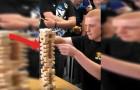 De ultieme Jenga uitdaging: de ongelooflijke zet die deze jongen zet is... benijdenswaardig!