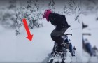 Er beschließt zu prüfen, wie tief der Schnee ist: so geht sein Sprung vom Schneemobil aus