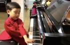 Il pianoforte giocattolo non gli bastava più: questo bambino di 5 anni è la nuova stella della musica