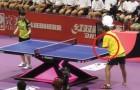 Er spielt Tischtennis, obwohl er keine Arme besitzt: das Duell stockt einem den Atem!