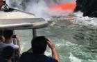 Een lava-uitbarsting verrast een groep toeristen in een boot: dit is een uniek spektakel!
