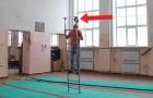 Equilibrisme sur l'échelle: la capacité de cet homme dépasse l'entendement!