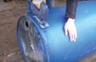 Cet homme réussit à transformer un bidon en une superbe chaise longue... Il est fort!