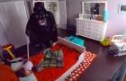 Cerca di spaventare il figlio vestendosi da malvagio ma la sua reazione non rispecchia le attesa
