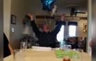 Cet homme célèbre son anniversaire, mais son cadeau est... un petit-enfant!