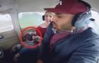 Chiede alla fidanzata di sposarlo durante il volo ma appena tira fuori l'anello accade l'impensabile