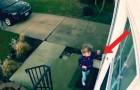 Esta menininha quer entrar em casa, mas o vento não vai deixar!