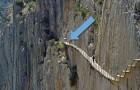 Dopo 15 anni è stato riaperto il percorso più pericoloso del mondo... ed è ancora da brivido