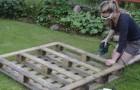 Met een pallet weet ze de ideale plantenbak te maken voor haar aardbeien. Ontdek hoe!