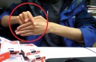 Wat deze illusionist doet met zijn vingers is ongelooflijk!