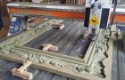 Une machine de haute précision sculpte un cadre en bois: le processus va vous scotcher à l'écran