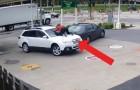 De försöker stjäla en bil på bensinmacken men den här tjejen reagerar på rätt sätt