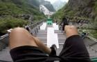 Hij laat zich van een metershoge trap vol obstakels naar beneden vallen: deze afdaling is duizelingwekkend!