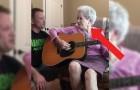Filma un duetto con la madre affetta da Alzheimer: le loro voci sono una cosa sola
