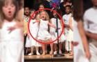Eindejaarsvoorstelling: dit 4-jarige kind steelt de show met haar klasgenootjes!
