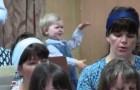 La fillette qui dirige le chœur