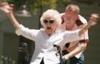 Questo famoso cantante celebra i 100 anni della nonna rendendola protagonista di un videoclip fantastico