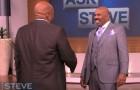 Un noto presentatore incontra l'uomo che dice di essere il suo sosia: quando lo vede rimane incredulo