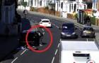 Een dief haalt een auto die aan de kant van de weg staat leeg, maar het lot heeft een onaangename verrassing in petto...