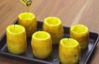 Hij plaatst een aantal aardappelen op een bakplaat: het water loopt je in de mond van de vulling die hij erbij maakt!