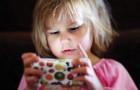 Verlust der emotionalen Spiegelung: Das Risiko für Kleinkinder, die Stunden vorm Bildschirm verbringen