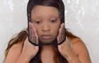 Mette una calza a rete sul viso e ci mostra un trucco inaspettato: Wow!