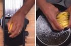 Affetta le patate e le dispone a cerchio nella teglia: il risultato è un piatto gustosissimo