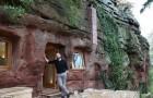 Luego de haber descubierto de estar enfermo compra una caverna de 3000 años...y la convierte en la casa soñada