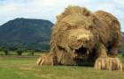 Giganteschi animali di paglia hanno invaso i campi in Giappone, dopo la raccolta del riso