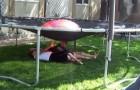 Hace poner a sus hijos bajo el trampolin: lo que esta proyectando es...diabolico!