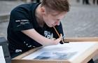 Este joven artista ha nacido sin manos, pero logra igualmente realizar obras increiblemente realistas